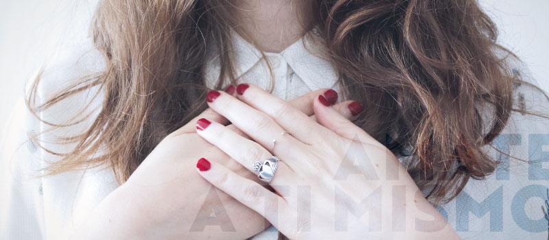 Mujer con las manos en su pecho